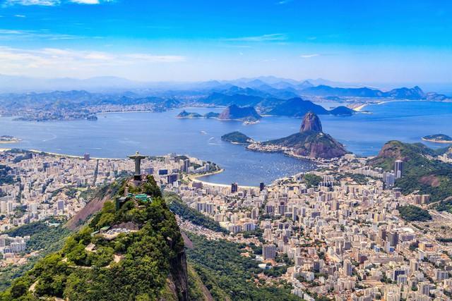Đến nay thành phố đã phát triển rất nhiều, nhưng bức tượng vẫn bao trùm tất cả.