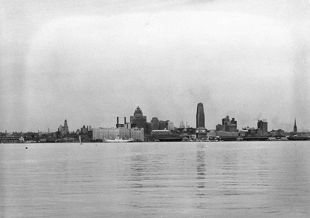 Vào đầu những năm 1930, tòa nhà cao nhất ở đường chân trời Toronto bao gồm 34 tầng.