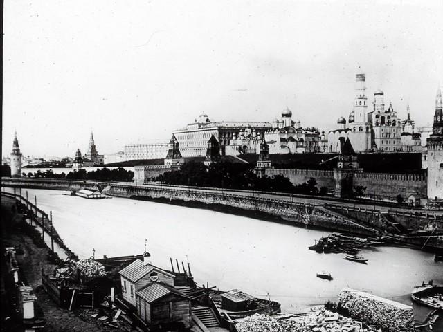 Năm 1917, cung điện Grand Kremlin là điểm nổi bật nhất trên bờ sông Moskva.