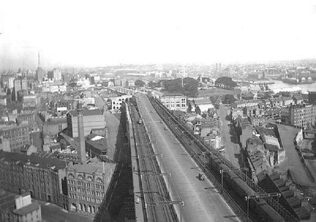 Từ Sydney Harbour Bridge, bạn có thể nhìn thấy đường chân trời của thành phố Sydney. Đây là hình ảnh của những năm 1930.