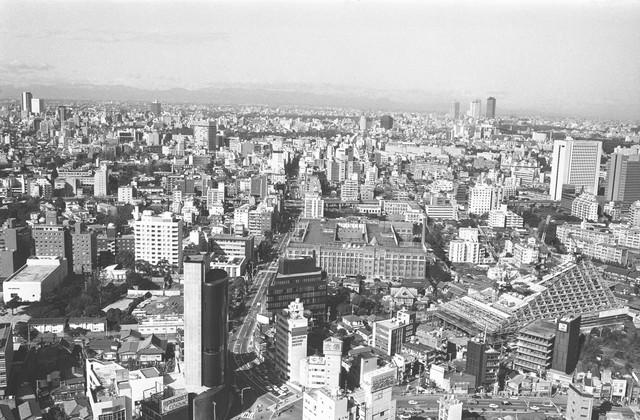 Năm 1976, đường chân trời Tokyo khá đông đúc và thành phố đang trên đà phát triển