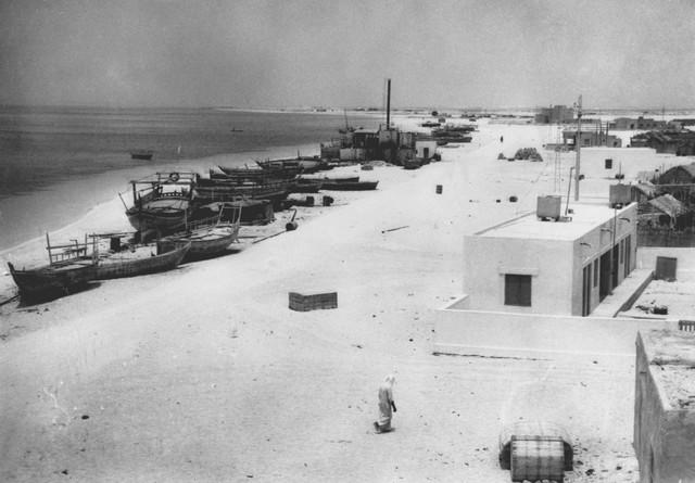 Bãi biển Abu Dhabi năm 1961 chỉ có các nhà máy chưng cất nước.