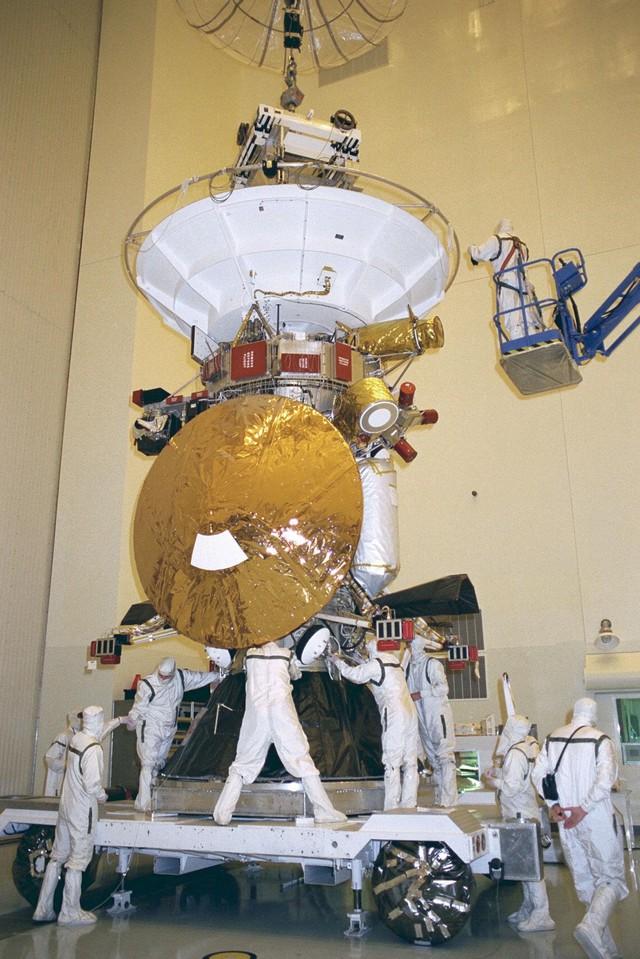 Tàu vũ trụ Cassini chuẩn bị được phóng vào không gian năm 1997