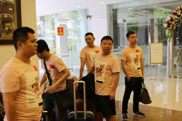 Đoàn Trung Quốc làm thủ tục check in tại Khách Sạn Thể Thao, 15 Lê Văn Thiêm, Thanh Xuân, Hà Nội.