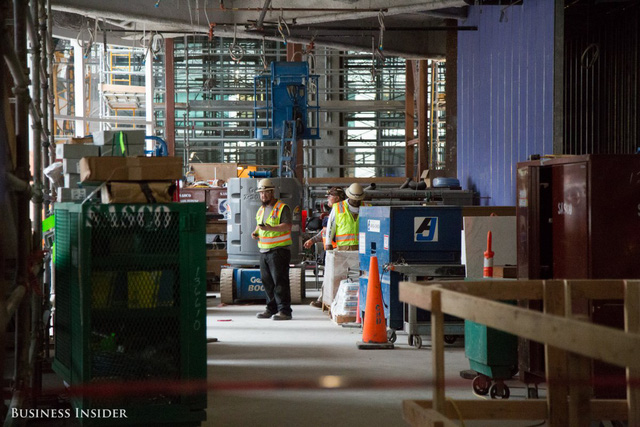 Hơn 700 công nhân đang nỗ lực làm việc không ngừng nghỉ để kịp khánh thành Salesforce Tower vào tháng 7 năm 2017. Ảnh: Melia Robinson/Business Insider