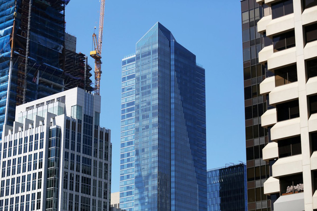 Tòa nhà Salesforce Tower (bên trái) cùng với Millennium Tower ở San Francisco, California.