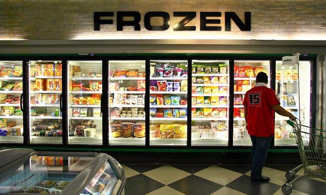 Một quầy hàng bán thực phẩm bản quản lạnh ăn liền