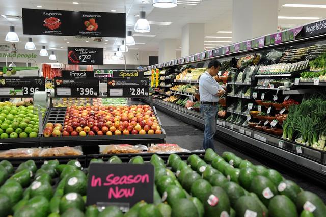 Giữa những lối đi của siêu thị thế này, tồn tại cả một cuộc đua của con người với biến đổi khí hậu