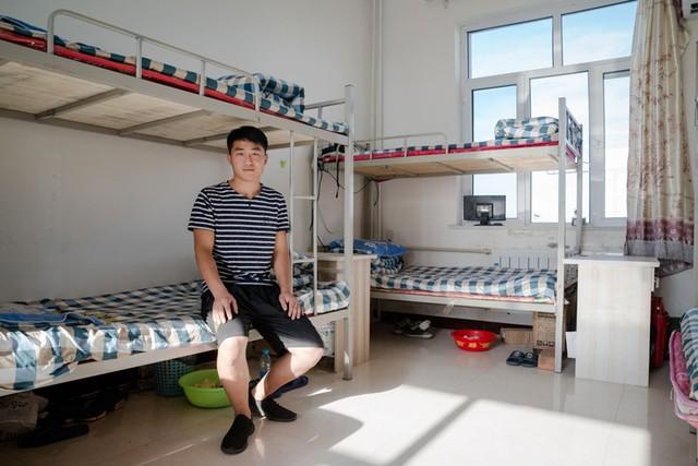 Hou Jie - 24 tuổi - sinh viên vừa mới tốt nghiệp làm công việc bảo trì tại đây.