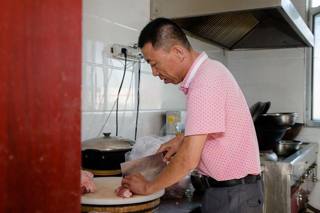 Đầu bếp chuẩn bị bữa tối cho toàn bộ nhân viên của nhà xưởng.