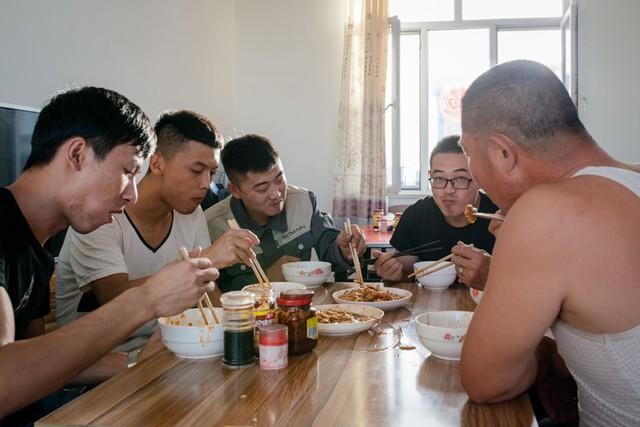 Các nhân viên cùng nhau ăn tối.