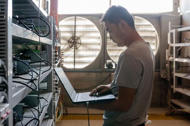Một thợ mỏ đang theo dõi quy trình vận hành của khu xưởng.