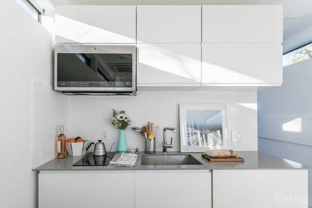 Dọc phòng khách là căn bếp được thiết kế tinh xảo.
