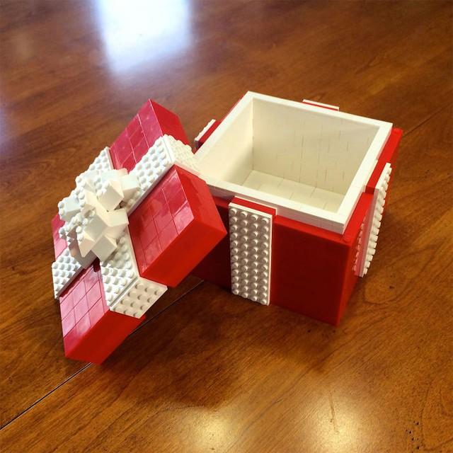 Đây có lẽ là một trong những hộp quà độc đáo nhất nhưng cũng rất tốn, có khi tiền mua LEGO còn đắt hơn quà bên trong...