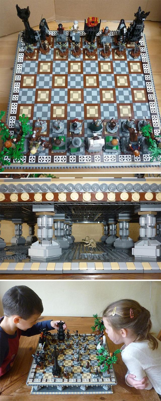 Bàn cờ vua LEGO theo phong cách Lord Of The Rings, bạn có để ý thấy Gollum đang ngồi hóng ở bên dưới không?