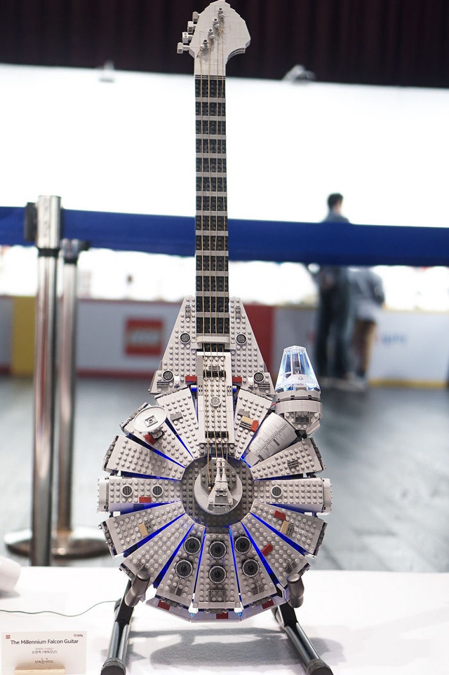 Guitar LEGO? Bạn có nhận ra đây là tàu chiến Falcon trong Star War không?