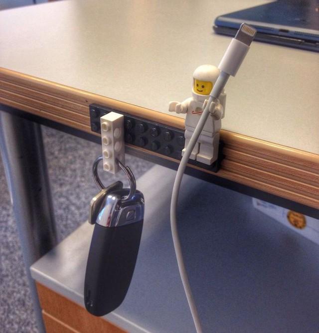 Dùng LEGO để sắp xếp chìa khóa, dây sạc cho gọn gàng, tại sao không?