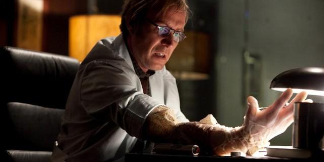 Tiến sĩ Curt Connors trong phim Người Nhện, một mẫu hình tự làm thí nghiệm với bản thân