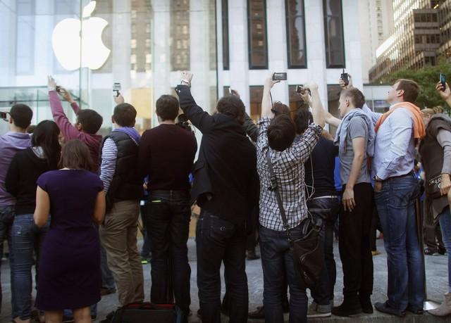 Các phương tiện truyền thông còn gọi nó là Điện thoại của chúa. Ảnh này là những fan hâm mộ hào hứng xếp hàng dài trước cửa Apple Store chờ mua iPhone đầu tiên.