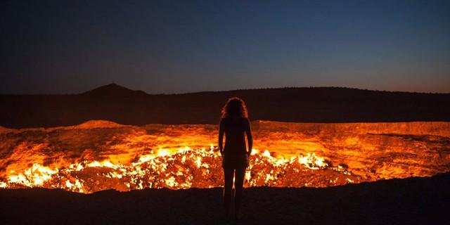 """Tại giữa sa mạc Karakum của Turkmenistan, một cái hố khổng lồ luôn hừng hực cháy suốt hơn 40 năm qua, và vẫn chưa có dấu hiệu sẽ sớm lụi tàn. Chiếc hố này là tác phẩm của các nhà địa chất học Liên Xô cách đây hơn 40 năm, và rừng lửa bên trong nó chưa bao giờ tắt từ đó đến nay. Vì thế, nó được gọi là """"cánh cửa đến địa ngục""""."""