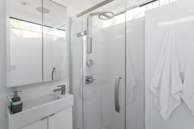 Ở góc tường là phòng tắm với vòi hoa sen.