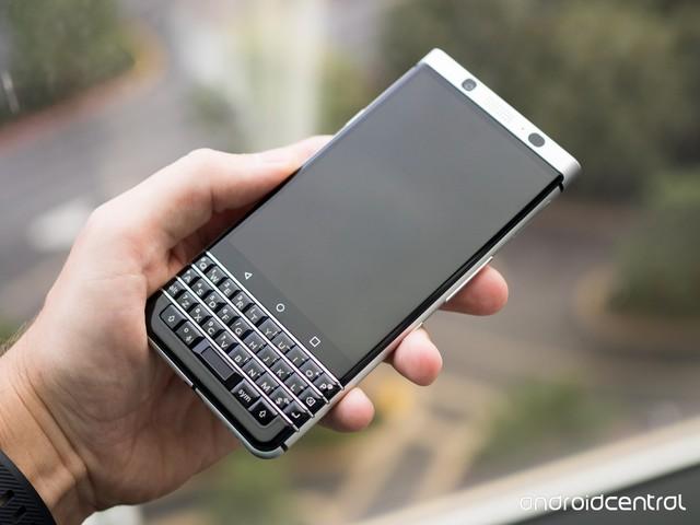 Dễ dàng nhận ra BlackBerry Mercury lấy ý tưởng từ chiếc Passport với màn hình cảm ứng 4.5-inch ở phía trên và sự trở lại của bàn phím QWERTY ở phía dưới. Máy cũng dài và thon hơn so với vóc dáng vuông vắn của Passport.