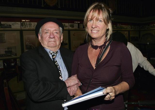 Charles Blackman và con gái của ông tại một sự kiện.