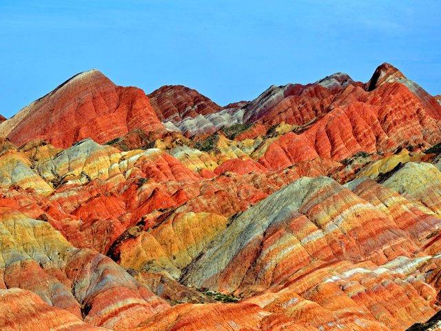 Dải núi cầu vồng Zhangye Danxia ở Trung Quốc được hình thành từ việc xói mòn đá sỏi đỏ cách đây 27 triệu năm.