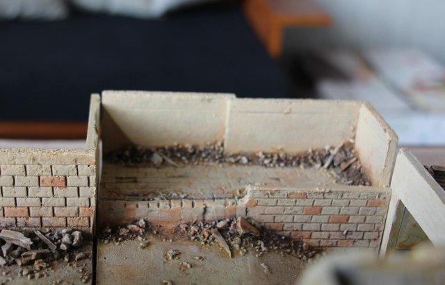 Platform cạnh dốc long A. Những đống gạch đá đổ nát được đặt vào một cách đầy cẩn thận và tinh tế, tạo ra phong cách rất riêng của map thi đấu có bối cảnh Trung Đông này.