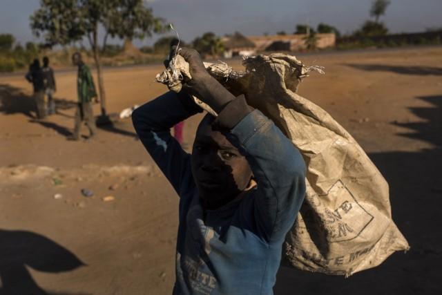Tái diễn tình trạng trẻ em làm việc trong các hầm mỏ cô-ban.
