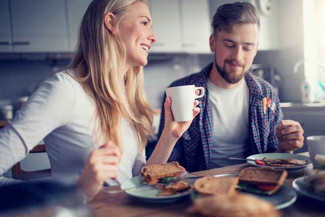 Ngồi giúp bạn ăn chậm rãi và no lâu hơn