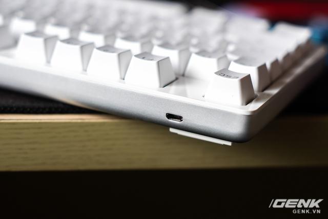Cổng kết nối micro usb được đặt bên góc trái, mức độ hoàn thiện ở mức tốt