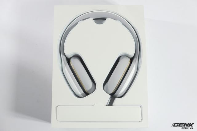Chiếc tai nghe được đặt gọn gàng trong hộp