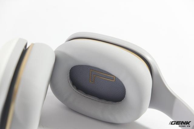Phần đệm của chiếc tai nghe này được làm bằng da, tạo cảm giác êm ái khi đeo