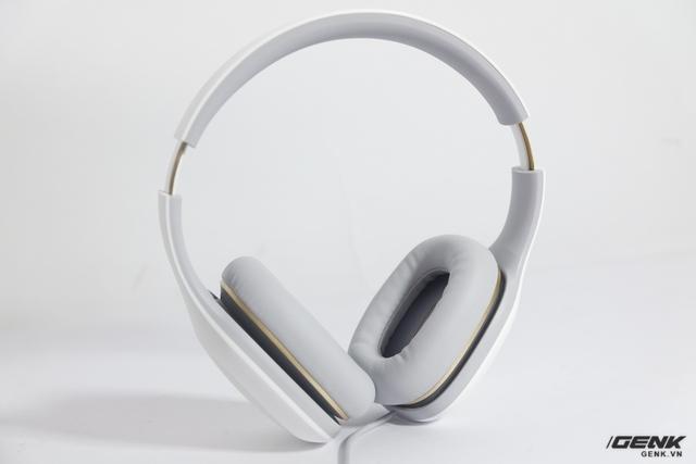 Lấy tông trắng làm chủ đạo, Mi Comfort Headphone mang vẻ ngoài lịch lãm nhưng cũng khiến chúng ta lo ngại khi dễ xuống sắc qua thời gian