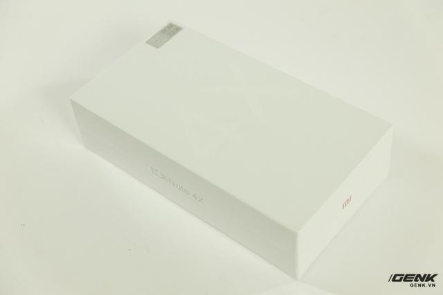 Hộp của Redmi Note 4X tương tự như các dòng máy Xiaomi gần đây khi có thiết kế hết sức đơn giản