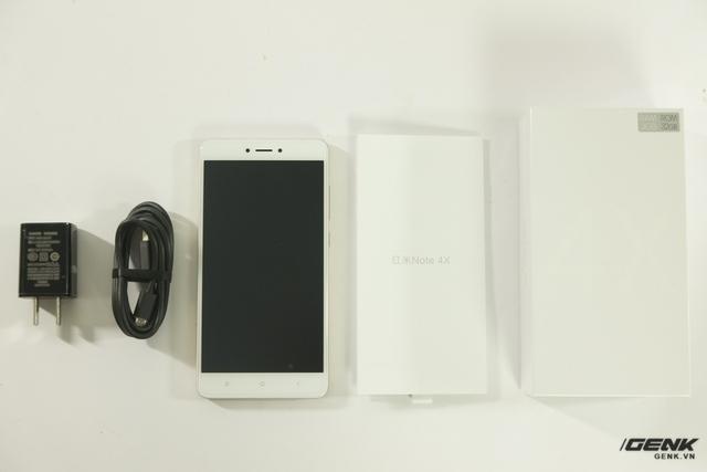Tương tự như nhiều máy Xiaomi trước, phụ kiện của Redmi Note 4X chỉ bao gồm cáp, sạc và giấy HDSD
