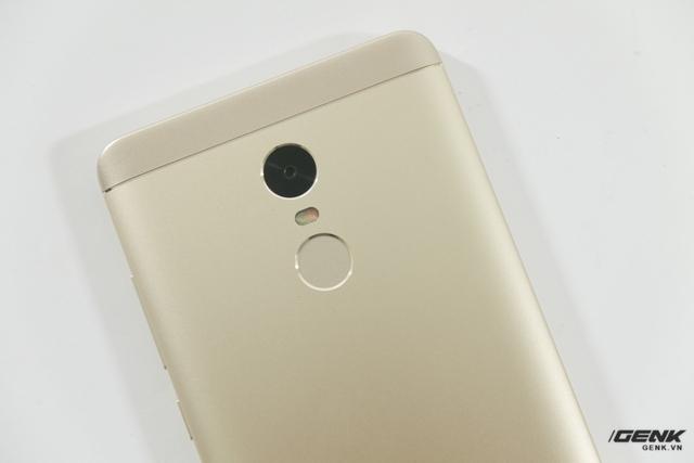 Thiết kế này khác biệt đôi chút so với chiếc Redmi Note 4 chạy chip MediaTek, khi hãng đã loại bỏ dải nhựa chạy ngang để thay bằng cả một miếng nhựa lớn