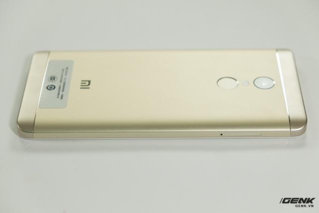 Xiaomi cũng đã loại bỏ đường cắt kim cương ở mặt lưng