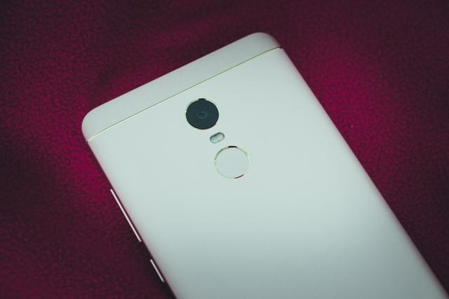 Màu hồng của Redmi Note 4X hơi nhạt chứ không đậm như trên iPhone. Một điểm khác biệt nữa nằm ở những chi tiết như viền cảm biến vân tay hay camera, khi chúng được điểm tô bằng màu vàng chứ không phải là hồng.