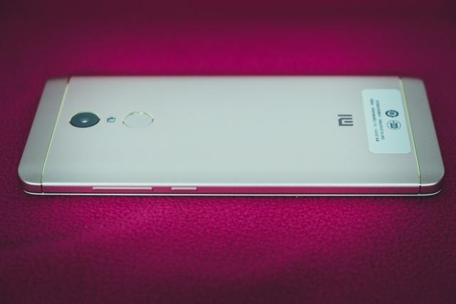Chất liệu nhôm tạo cho Redmi Note 4X một cảm giác khá cao cấp. Khá là do thiết kế của máy vẫn tồn tại hai miếng nhựa lớn được đặt ở trên và dưới mặt lưng, bao trọn phần cạnh đỉnh và đáy của máy.