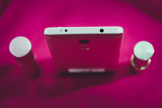 Redmi Note 4X sở hữu hai tính năng mà ngay cả iPhone 7 Plus giá gấp 5 lần cũng không có, đó là cổng hồng ngoại (giúp điều khiển các thiết bị trong nhà như TV, điều hòa...) và jack cắm tai nghe 3.5mm.