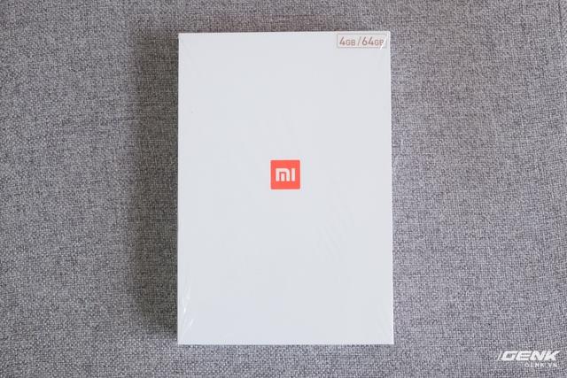 Mặt trước của hộp chiếc Mi Pad 3 nổi bật bởi logo Xiaomi màu cam ở chính giữa