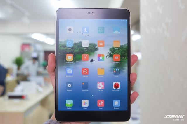 Nhờ kích thước màn hình 7.9 inch, người dùng hoàn toàn có thể cầm chiếc Mi Pad 3 bằng một tay