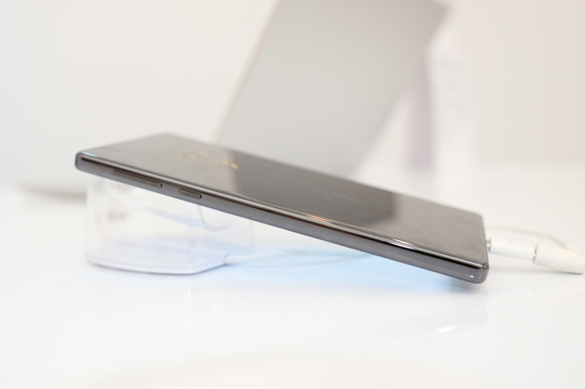 Như tiêu chuẩn thiết kế của Xiaomi, cạnh phải của máy là phím nguồn và phím tăng giảm âm lượng.