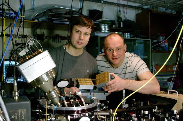 Giáo sư Lekitsch (bên trái) và giáo sư Hensinger (bên phải) từ Đại học Sussex.