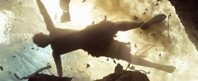 Hình ảnh Clark Kent chìm dần xuống đáy biển