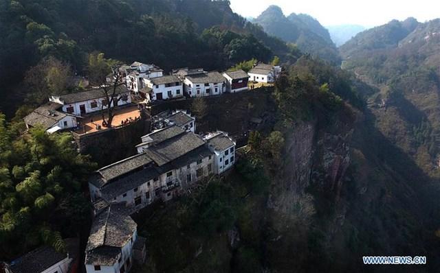 Núi Tề Vân được coi là viên ngọc trong những thắng cảnh phía nam tỉnh An Huy, cách huyện Hưu Ninh 15km về phía tây. Đây từng là một trong bốn ngọn núi nổi tiếng của Đạo giáo ở Trung Quốc, đồng thời lưu lại những bản khắc chữ trên đá, có giá trị rất lớn về thư pháp
