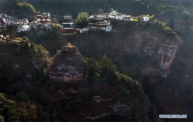 Làng Tề Vân Sơn được xây dựng trên núi Tề Vân, phía đông tỉnh An Huy. Có khoảng 30 hộ gia đình sống ở đây, hầu hết làm dịch vụ du lịch
