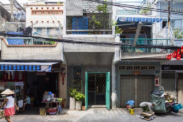 Ngôi nhà nằm trong 1 con hẻm ở tp Hồ Chí Minh. Với đặc trưng hẹp ngang và với chiều sâu khá dài nên vấn đề về thông gió và chiếu sáng rất được quan tâm